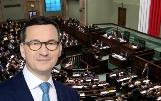 Premier Mateusz Morawiecki na tle sali Sejmu RP