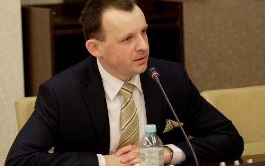 Dr Paweł Momro podczas publicznej obrony rozprawy doktorskiej